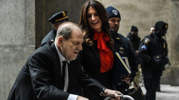Weinstein ile birlikte duruşma salonuna ilerlerken görülen Donna Rotunno, bugüne kadar cinsel suçlar yöneltilen 40 erkeği savundu