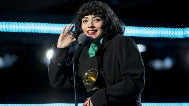 Mon Laferte con su Latin Grammy