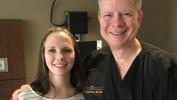 Heather e o cirurgião Colin Koon