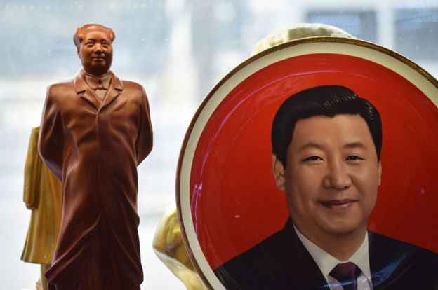 Prato decorado com a imagem de Xi Jinping ao lado de uma estátua de Mao
