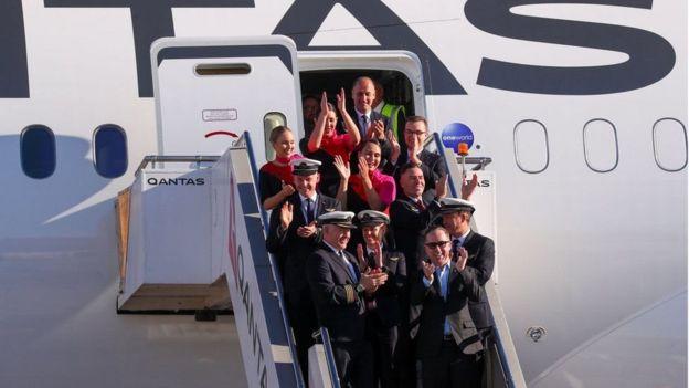أفراد طاقم الطائرة يحتفلون بعد انتهاء التجربة