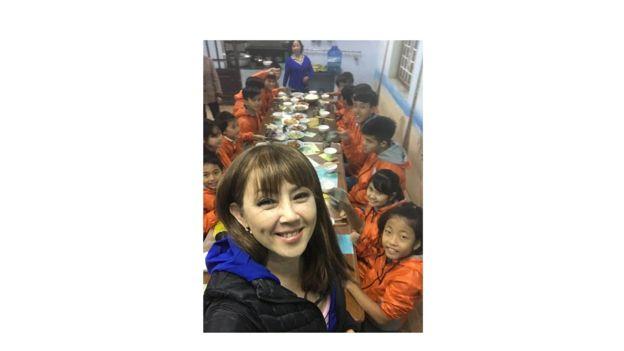 Jenny Đỗ cùng các em trong hội Friends of Hue tại Việt Nam