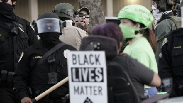 Milicia en protesta de Black Lives Matter.
