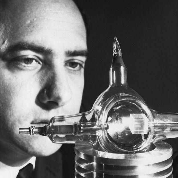 Theodore Maiman con su máquina.