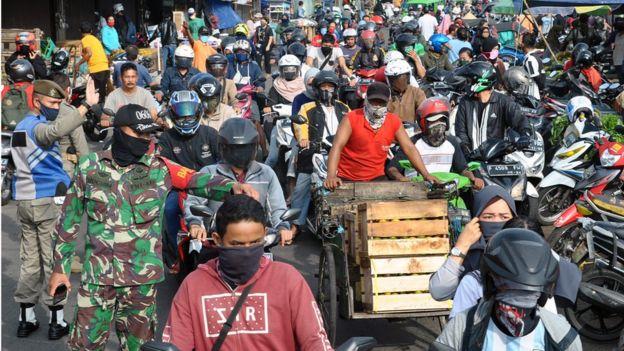 Anggota TNI AD bersama Satpol PP Kota Bogor mengatur arus lalu lintas di kawasan Pasar Anyar, Kota Bogor, Jawa Barat, Senin (18/05).