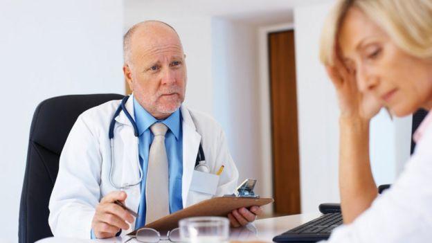 Médico interrogando a paciente