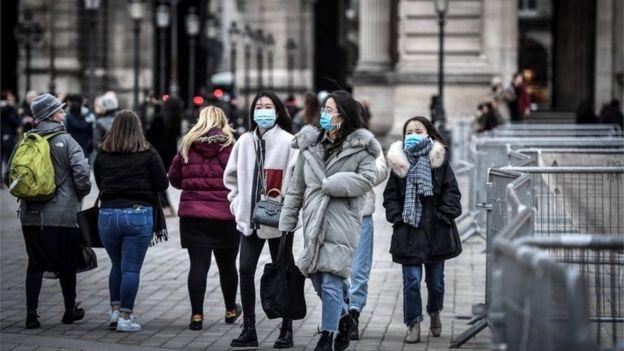 Mulheres usam máscara em Paris