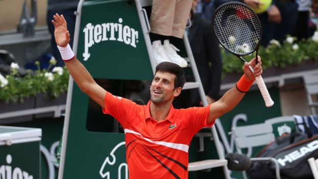 Novak Djokovic con los brazos extendidos.