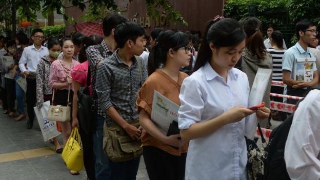 Thí sinh xếp hàng nộp hồ sơ trong một kỳ thi tuyển công chức ở Hà Nội.