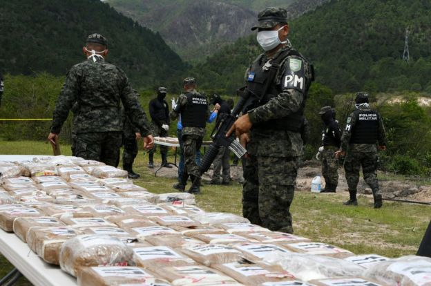 Policía com cocaína apreendida