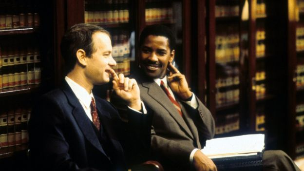 Tom Hanks y Denzel Washington en una escena de la película Philadelphia.