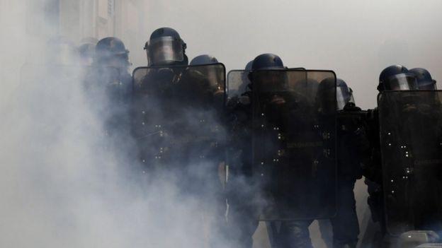 Полиция применила слезоточивый газ против демонстрантов