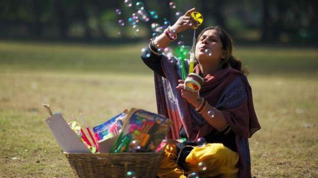 बच्चों के खिलौनो बेचती एक महिला