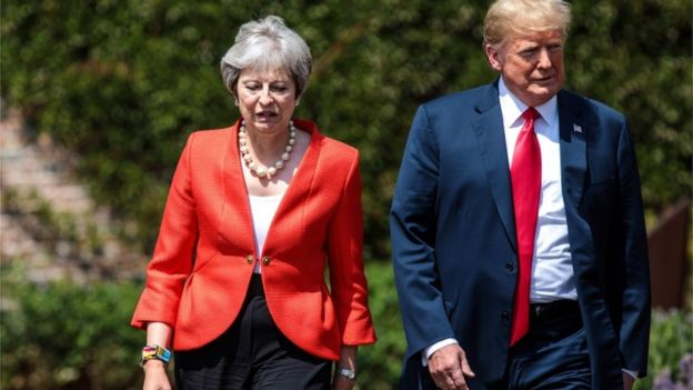 Theresa May y Donald Trump andando.