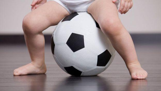 Bebé en pelota de fútbol