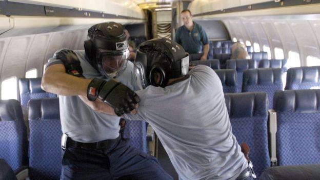 Тренировка офицеров FFDO в апреле 2003 года