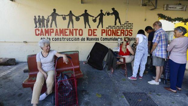 Người dân chờ đợi mua thực phẩm - một phần trong chương trình Cung cấp và sản xuất của Ủy ban địa phương