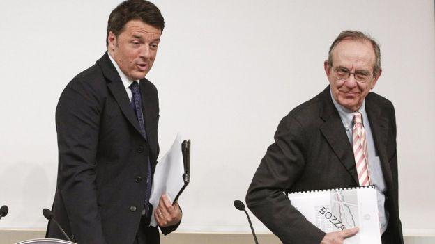 Finance Minister Pier Carlo Padoan (R) with Prime Minister Matteo Renzi