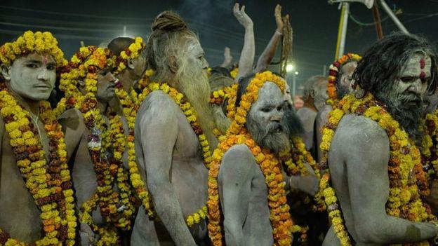 رجال متدينون هندوس يطلون وجوههم بالرماد ويشاركون في كومبه ميلا