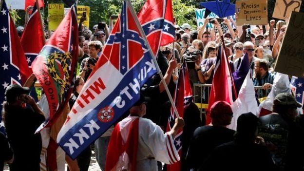 Banderas confederadas y del KKK en Charlottesville.