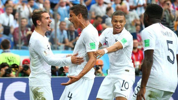 Varane celebra con sus compañeros.