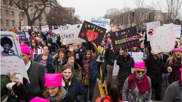 Женщины, имеющие знак протеста против прав женщин