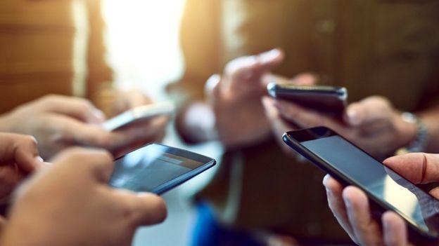 Pessoas com celulares