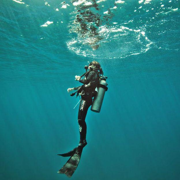 Ilena Zanella buceando en el mar en Costa Rica