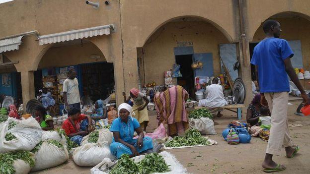 Des femmes vendent des légumes au marché de N'djamena le 12 avril 2016.
