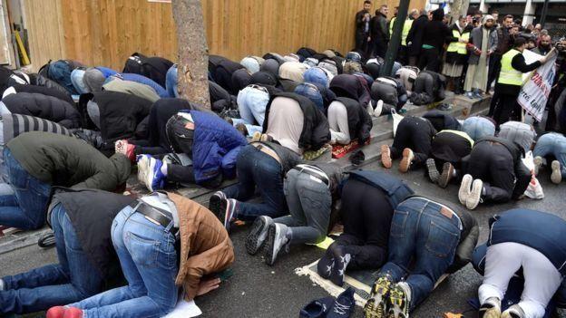 مصلون مسلمون في باريس