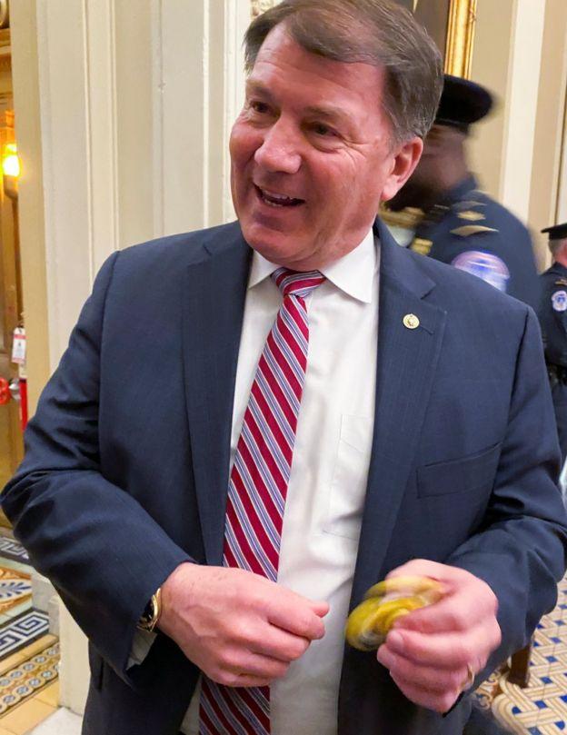 Senador Mike Rounds brinca com spinner