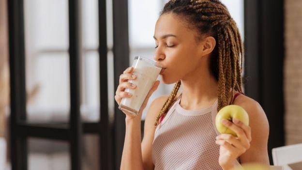 Mujer omando leche.