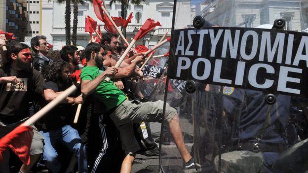 2010 yılında Yunanistan'ın başkenti Atina'da polislerle çatışan göstericiler