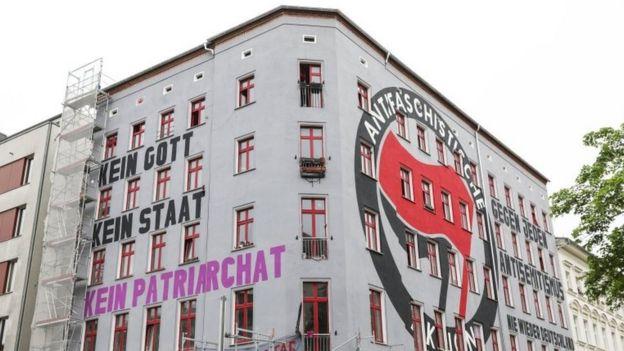 نماد آنتیفا بر ساختمانی در برلین پایتخت آلمان