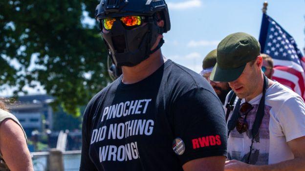 """""""Tiny"""" Toese en una manfestación en Portland en 2018. """"RWDS"""" es la sigla en inglés de """"Escuadrón de Muerte de la Derecha"""""""