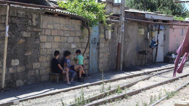 Şanxayda uşaq bağçası yoxdur və uşaqlar dəmiryolu xəttinin yanında oynayırlar.