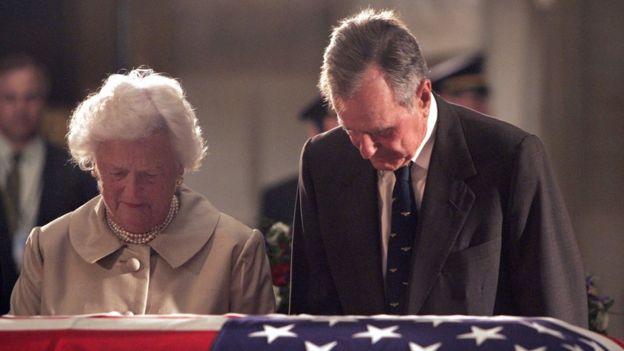 George H.W. Bush y su mujer Barbara Bush durante el funeral de Reagan, en junio de 2004.