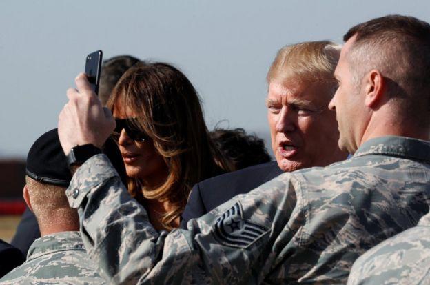 在駐韓美軍烏山空軍基地,特朗普在啟程前往北京前與基地官兵合影。
