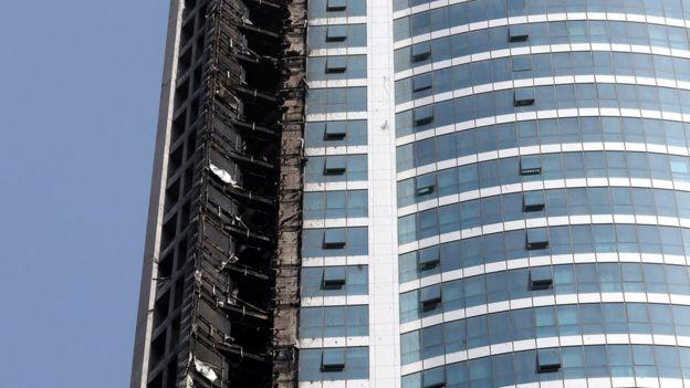 Exterior quemado de la Torre Torch, en la zona de rascacielos de Marina, en Dubai (Emiratos Árabes Unidos)