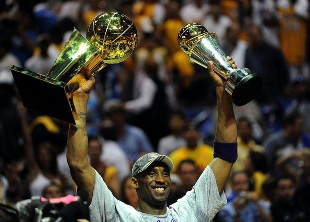 Kobe, 2008 - 2009 sezonunda hem NBA şampiyonuhem de final serisinin en değerli oyuncusu olmuştu.