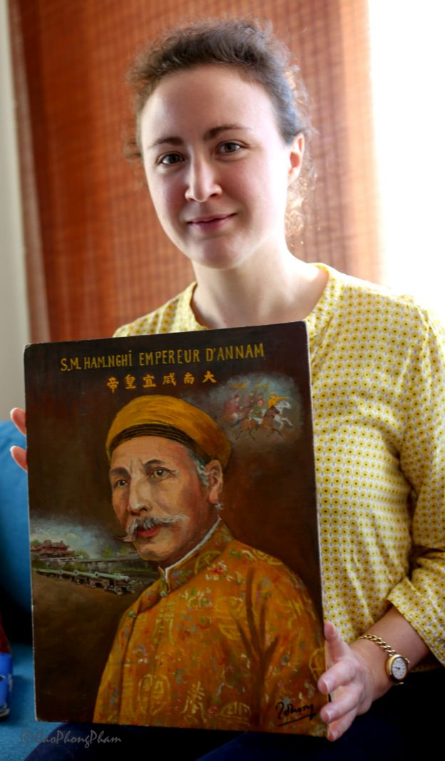 Amadine Dabat cùng tranh vẽ chân dung Vua Hàm Nghi