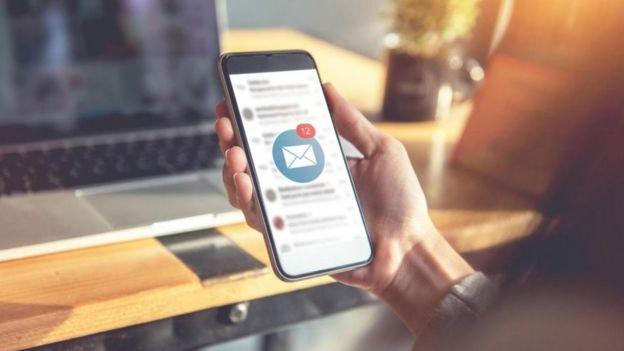 Notificações de e-mails na tela de celular