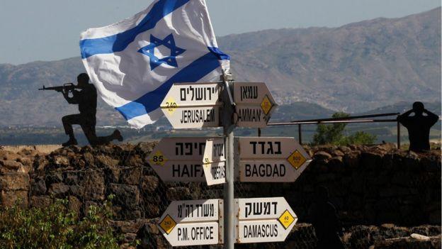 Una bandera israelí ondea junto a los altos del Golán.
