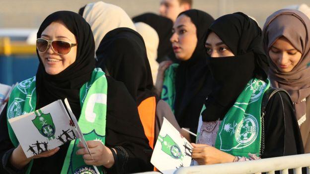 Cidde'de El Ehli-El Batin maçı için kuyruğa giren kadınlar