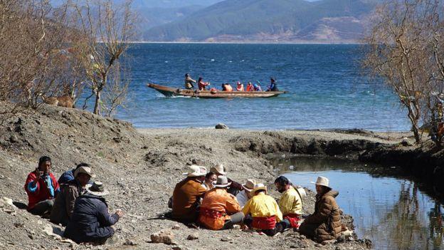 Pobladores del lago Lugu