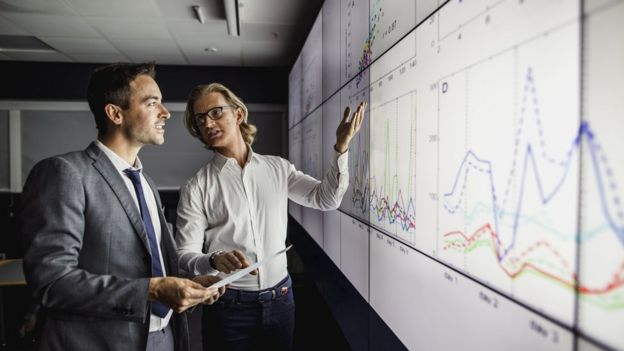 Científicos analizando datos