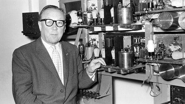 Sir Robert Alexander Watson-Watt (1892-1973) con el aparato que desarrolló