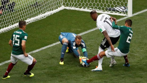 Neuer atrapa la pelota ante la presencia de jugadores mexicanos.