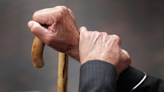 Mão de um homem velho