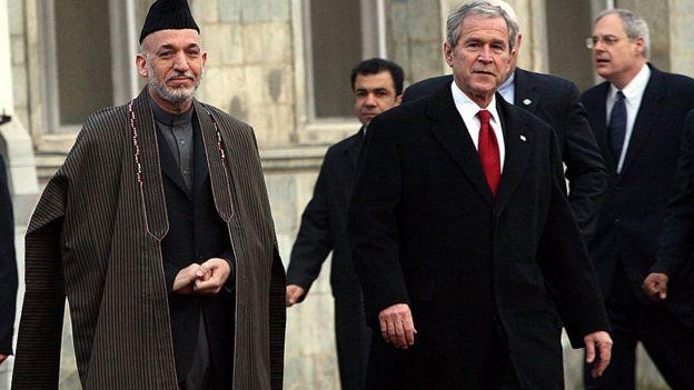 Presidentes Karzai y Bush.